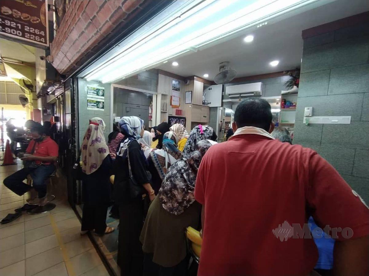 TINJAUAN di beberapa kedai emas di Kota Bharu mendapati dipenuhi pengunjung memandangkan harga emas turun sejak seminggu lalu. FOTO Nor Fazlina Abdul Rahim