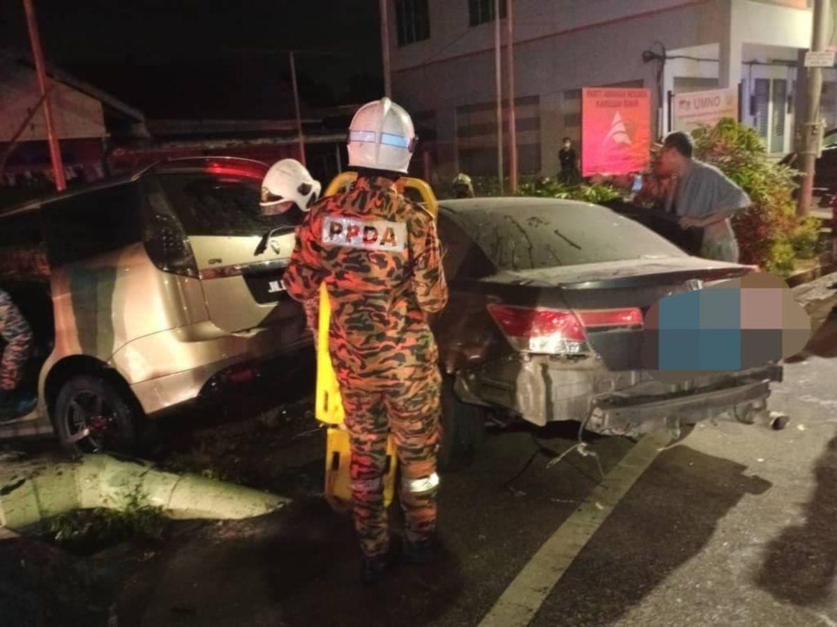 ANGGOTA bomba ketika menyelamatkan mangsa dalam kemalangan di Parit Setongkat, Jalan Salleh, Muar. FOTO Ihsan Bomba