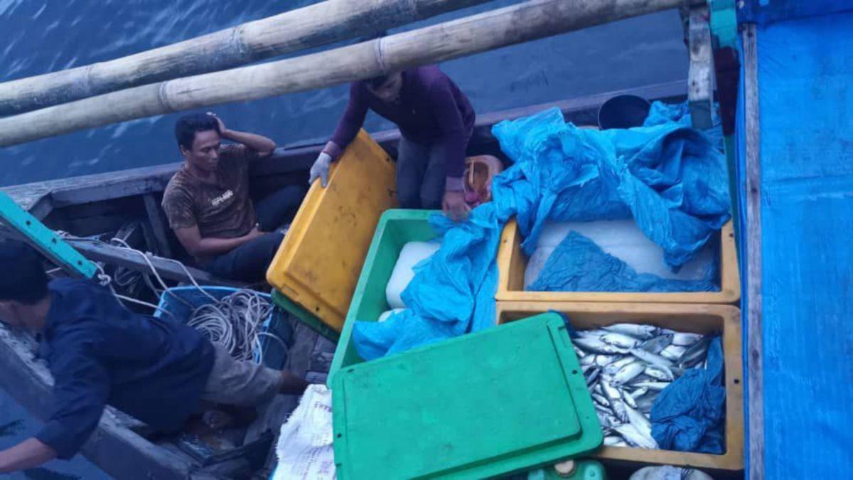 APMM mengusir 181 bot nelayan Indonesia yang dikesan menceroboh perairan Pulau Jarak, Lumut dalam Op Benteng.  FOTO ihsan APMM