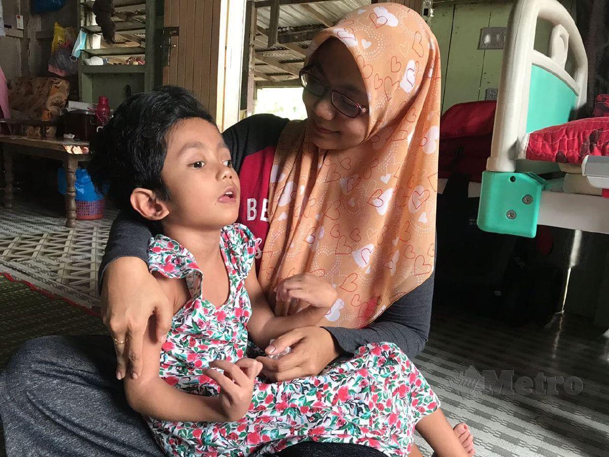 FAZATUL Azren menjaga serta menguruskan segala keperluan anak bongsunya, Ummu Damia Khalisya yang menghidap hydrocephalus iaitu lebihan cecair dalam kepala dan Cerebral Palsy (CP) sejak lahir. FOTO Hazira Ahmad Zaidi