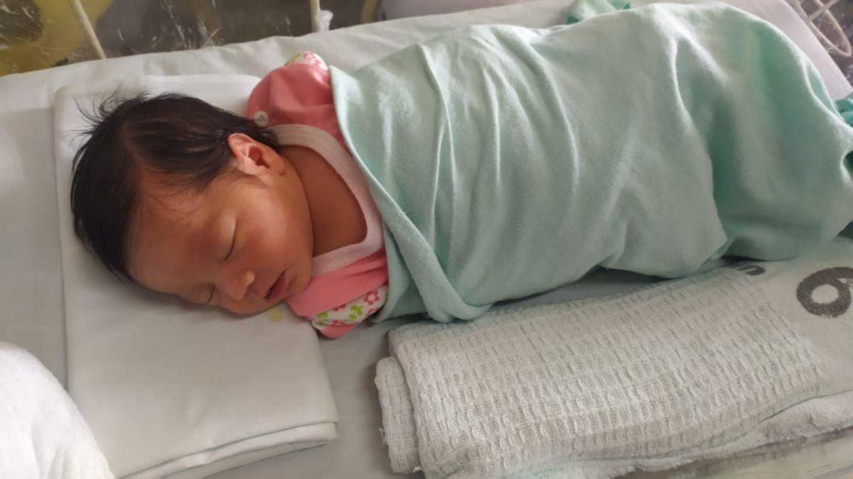 PEJABAT Kebajikan Masyarakat Daerah (PKMD)  Sik sedang mengesan ibu bayi perempuan yang dikenali sebagai Intan Nur Fatihah Hasbuludin,22. FOTO ihsan PKMD Sik