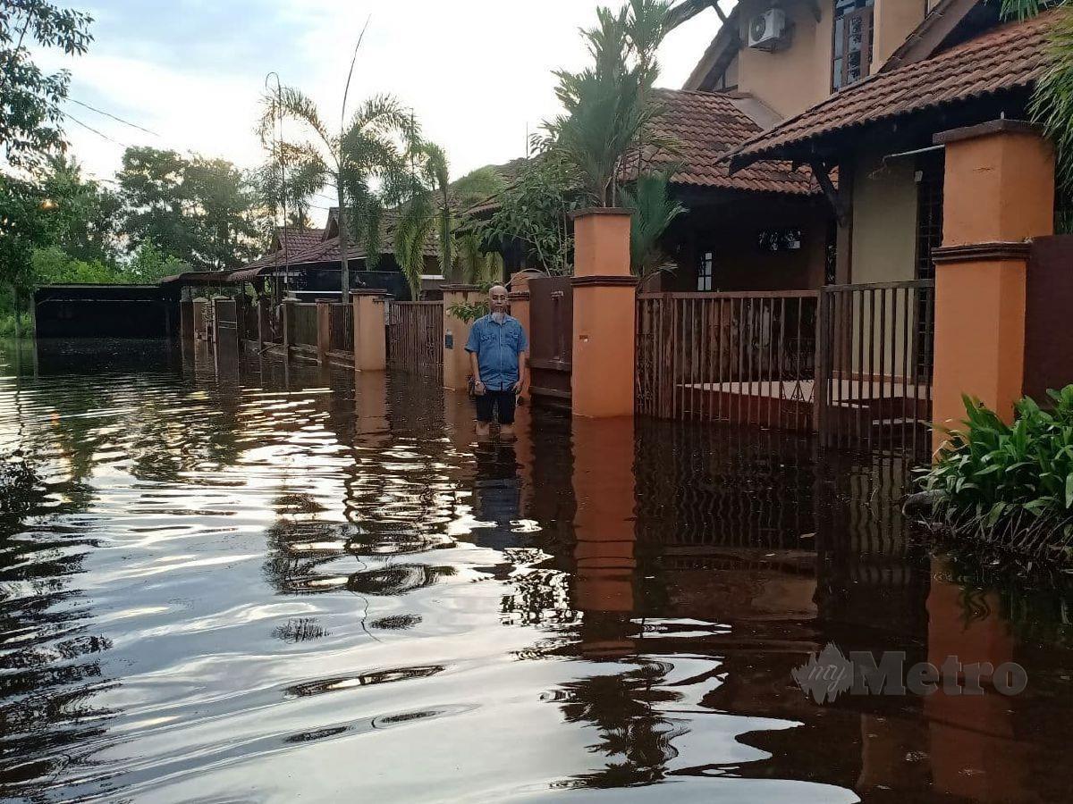 ABD Halim Omar dari Kampung Surau Panjang berada di hadapan rumahnya yang mengalami masalah air termenung. FOTO Ahmad Rabiul Zulkifli