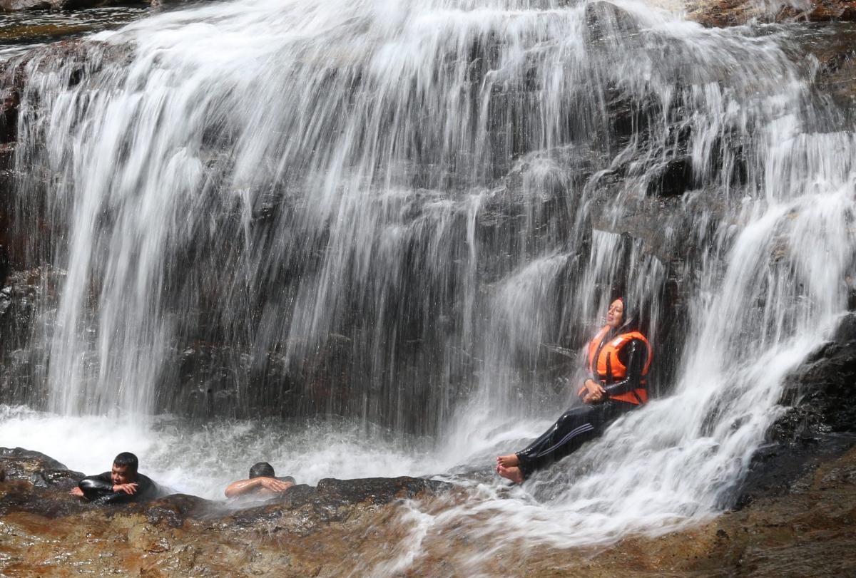 PENGUNJUNG berpeluang menyegarkan badan di Air Terjun Lasir.