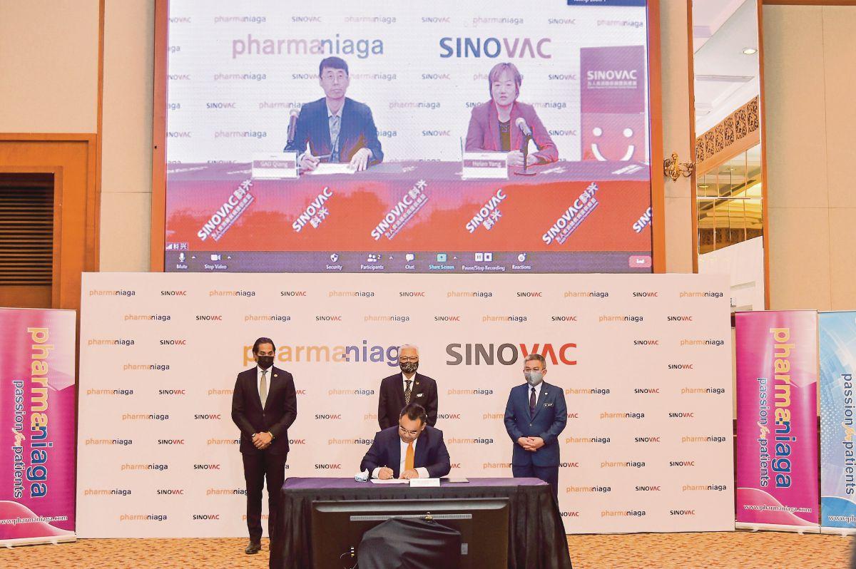 DATUK Zulkarnain Md Eusope (duduk depan) menandatangani perjanjian pembekalan vaksin COVID-19 secara pukal dengan Sinovac Life Sciences Co Ltd secara maya di Hotel Royale Chulan di Kuala Kumpur hari ini.