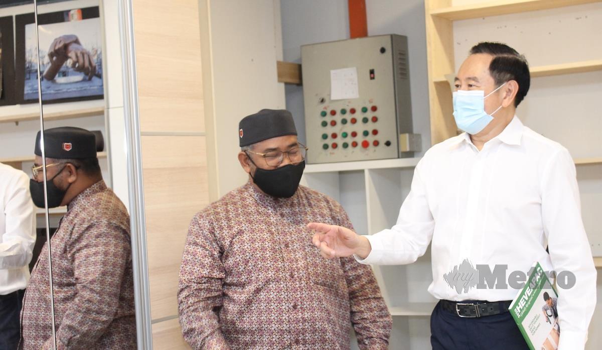 DATUK Dr Mohd Khairuddin Aman Razali (kiri) mendengar taklimat mengenai produk perabut keluaran HeveaPac daripada Pengarah Eksekutif HeveaPac, Peh Ju Chai.  FOTO Mohd Amin Jalil