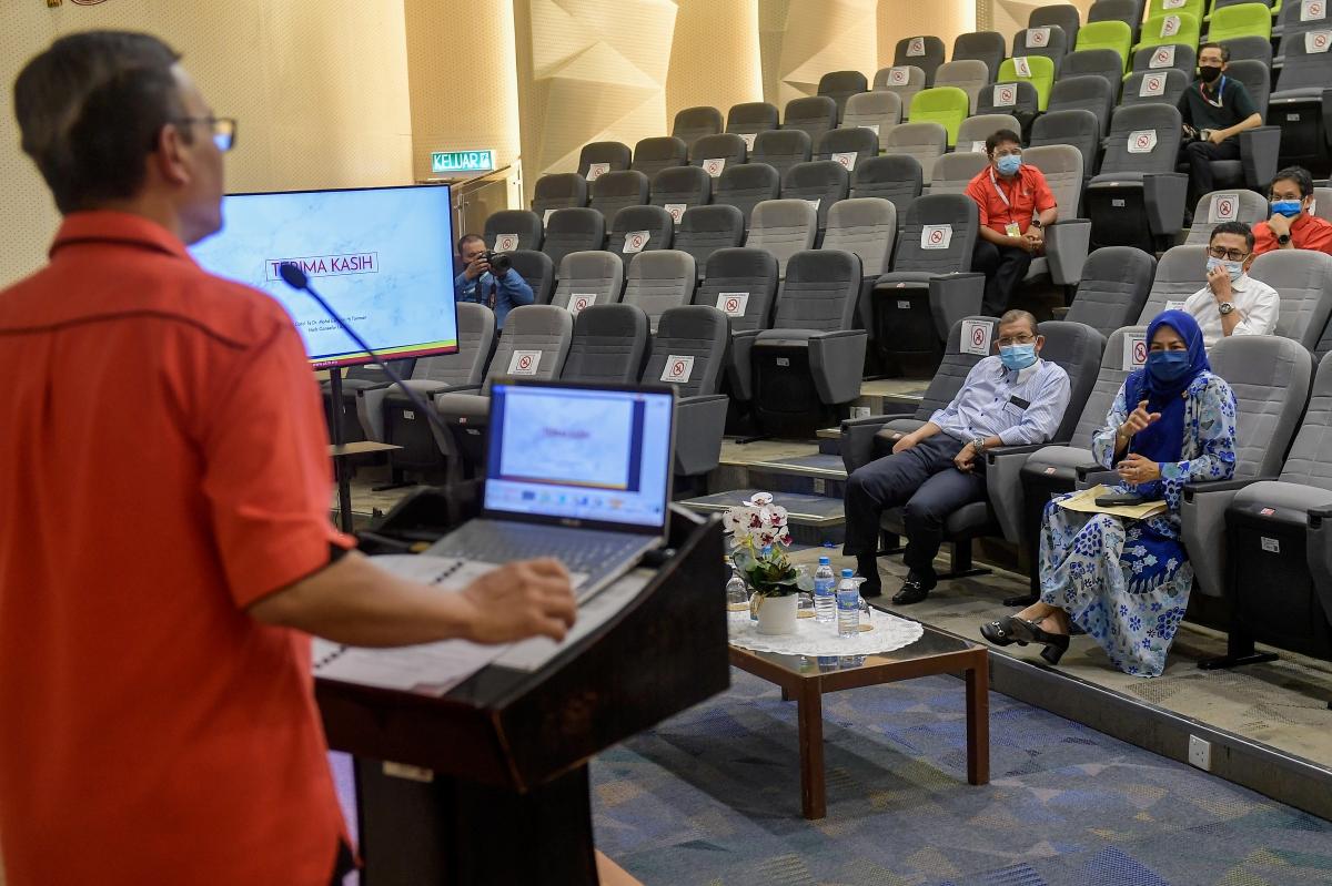 DATUK Seri Dr Noraini Ahmad (duduk kanan) bertanyakan soalan kepada Naib Canselor UKM Prof Datuk Dr Mohd Ekhwan Toriman (berdiri) berkenaan pembukaan institut pengajian tinggi pada sesi taklimat sempena lawatan kerja di UKM semalam. FOTO Bernama