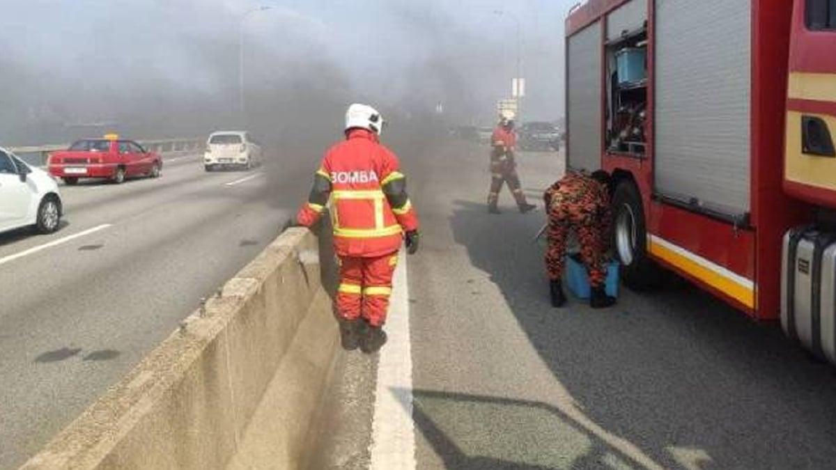 ANGGOTA bomba sedang berusaha memadam api pada kabel yang terbakar di Jambatan Pulau Pinang hari ini. FOTO ihsan BOMBA