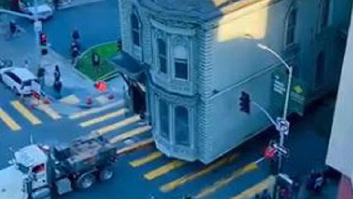 TANGKAP layar menunjukkan proses pemindahan rumah bersejarah itu.