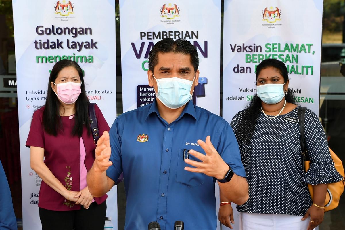 DATUK Dr Radzi Jidin ditemu bual pemberita selepas menerima suntikan vaksin COVID-19 jenis Pfizer BioNTech di Pejabat Kesihatan Putrajaya, Presint 11 hari ini. FOTO Bernama
