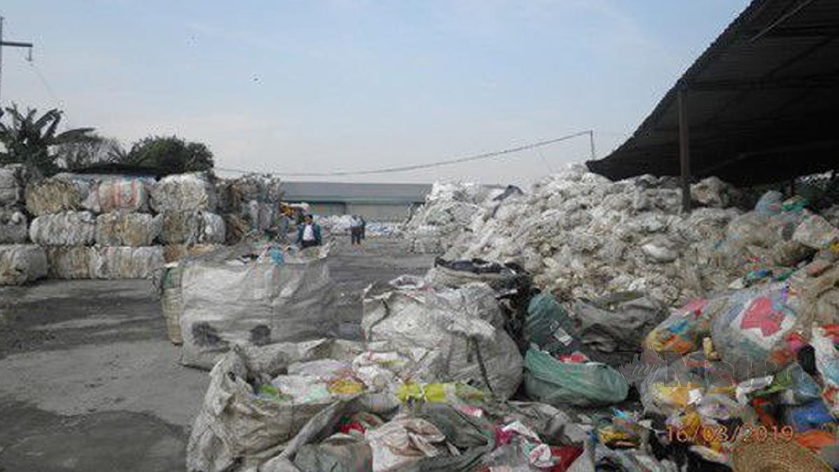 SEBUAH kilang kitar semula plastik terpakai  di Shah Alam didenda  oleh Mahkamah Sesyen Shah Alam kerana menjalankan aktiviti kitar semula plastik terpakai tanpa kelulusan Laporan Penilaian Kesan Alam Sekeliling (EIA). FOTO ihsan JAS