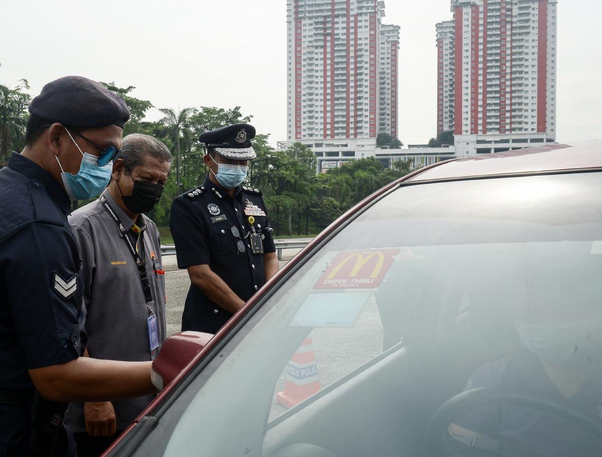 TAN Sri Mahmood Adam (dua dari kiri) membuat pemeriksaan ke atas pengguna jalan raya yang melalui sekatan jalan raya (SJR) ketika lawatan di SJR, Plaza Tol USJ hari ini. FOTO Bernama