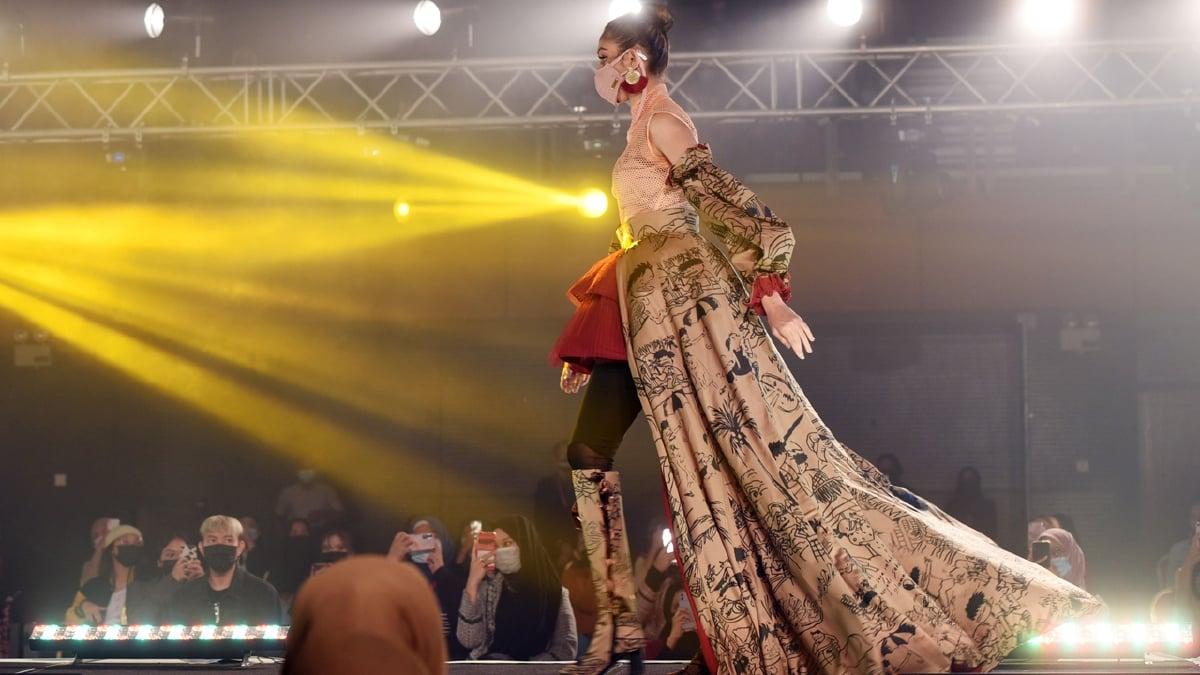 ANTARA rekaan yang diperagakan ketika MSU International Fashion Collection 2021, baru-baru ini.