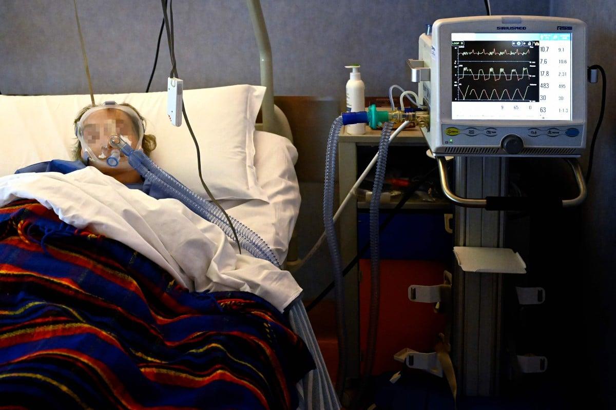 Pesakit Covid-19 menerima oksigen di ICU di hospital Casalpalocco di Rom, Itali. - FOTO AFP