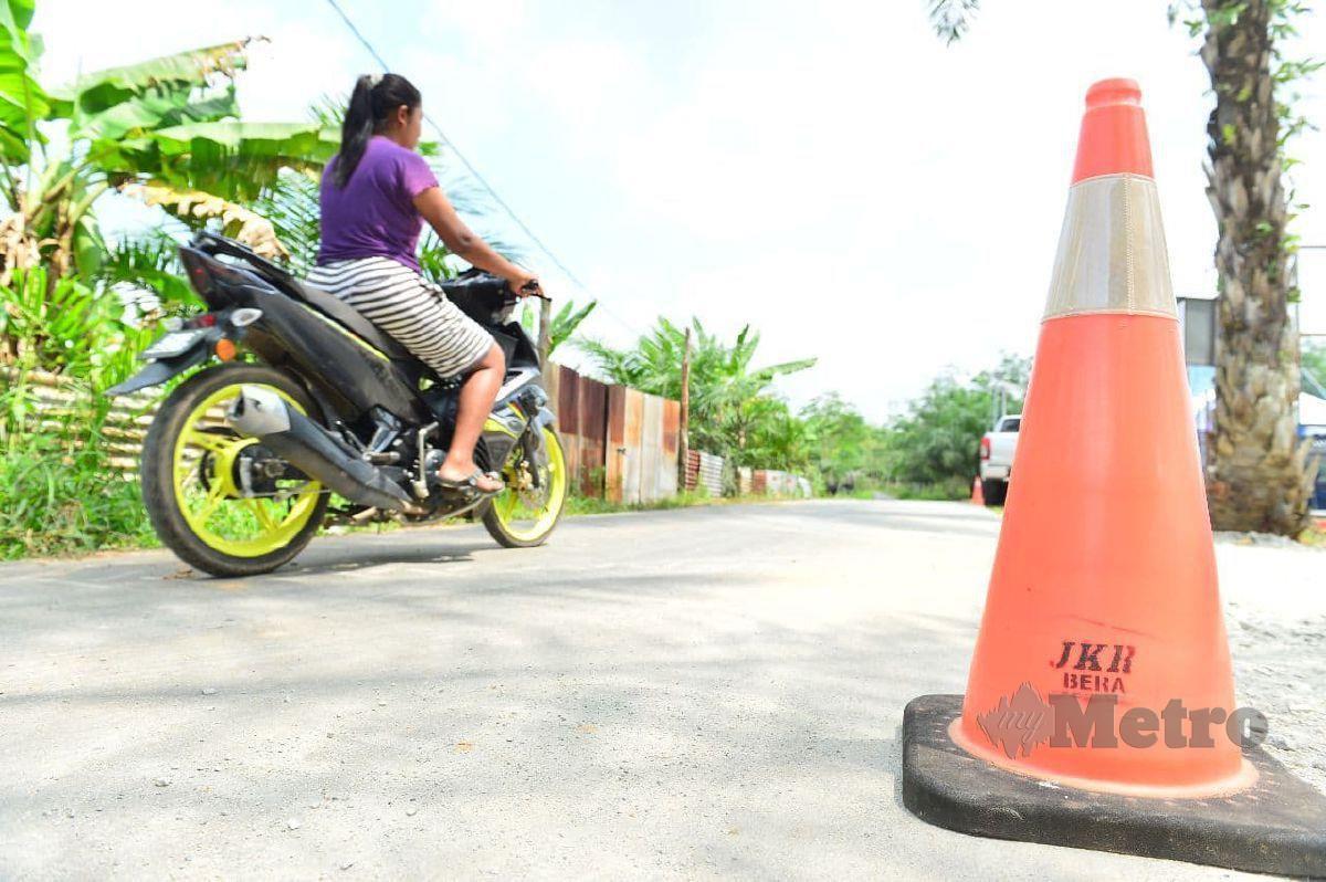 MASYARAKAT Orang Asli Kampung Chuat kini selesa menggunakan jalan kampung mereka selepas dinaik taraf. FOTO Mohd Rafi Mamat