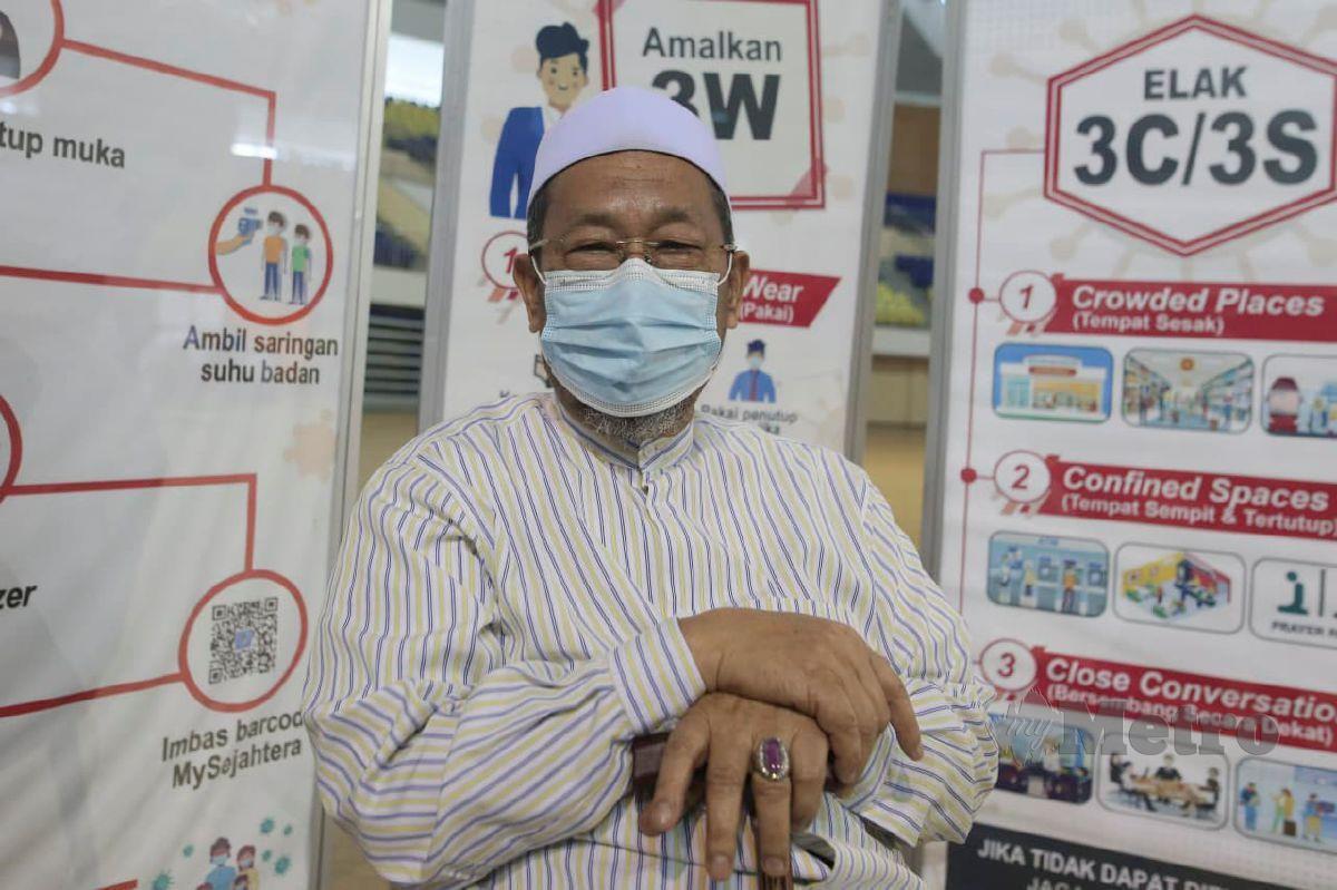 DATUK Husain Awang  ketika ditemui selepas menerima suntikan vaksin Covid-19 di Pusat Pemberian Vaksinasi (PPV)  di Stadium Tertutup Gong Badak. FOTO Ghazali Kori