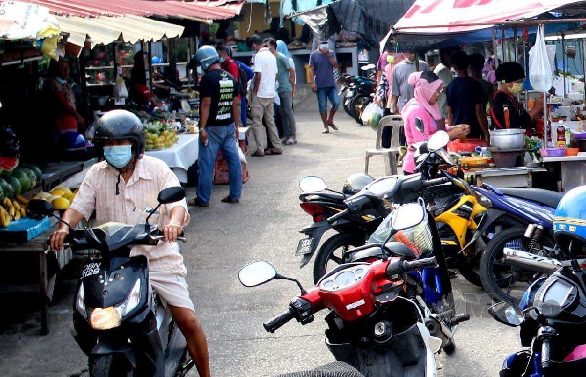 TINJAUAN di Kampung Cina di Jalan PCB mendapati pengunjung yang membeli juadah berbuka puasa kelihatan mengabaikan SOP terutama membabitkan penjarakan fizikal. FOTO Nik Abdullah Nik Omar