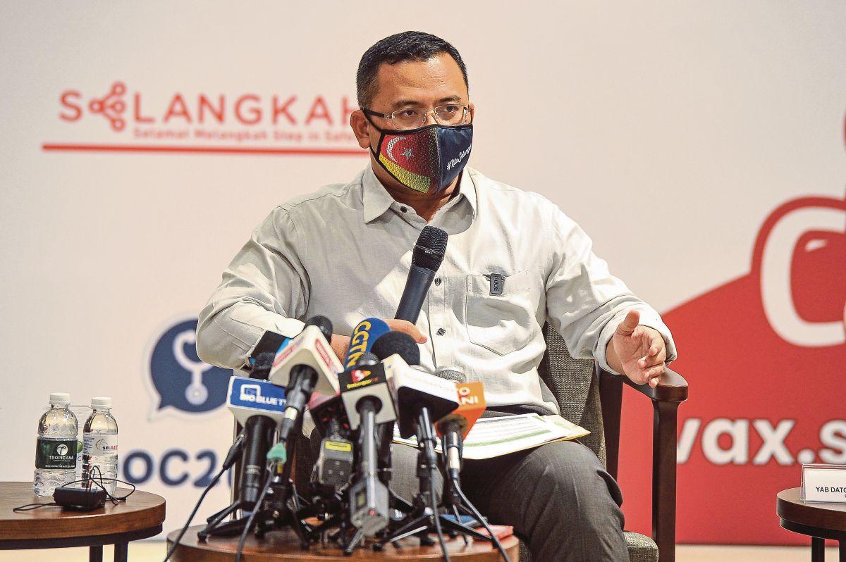 DATUK Seri Amirudin Shari ketika sidang media sewaktu hadir meninjau keadaan pusat vaksin. FOTO Bernama