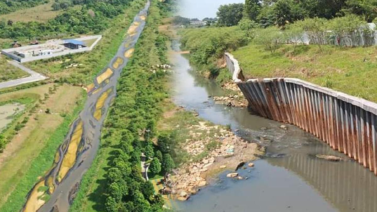 KEADAAN Sungai Kim Kim didapati tercemar dengan sisa daripada premis bukan industri hingga mengakibatkan pencemaran bau di sekitar perkampungan berhampiran. FOTO ihsan JAS