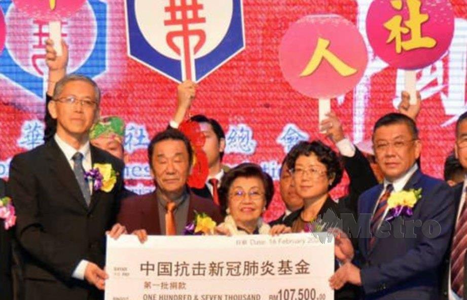 WEE (kanan) bersama ahli Persekutuan Persatuan Cina Kuching, menyampaikan sumbangan kepada Zhang Yang (kiri) bagi membantu kerajaan China menangani wabak COVID-19. FOTO Melvin Joni