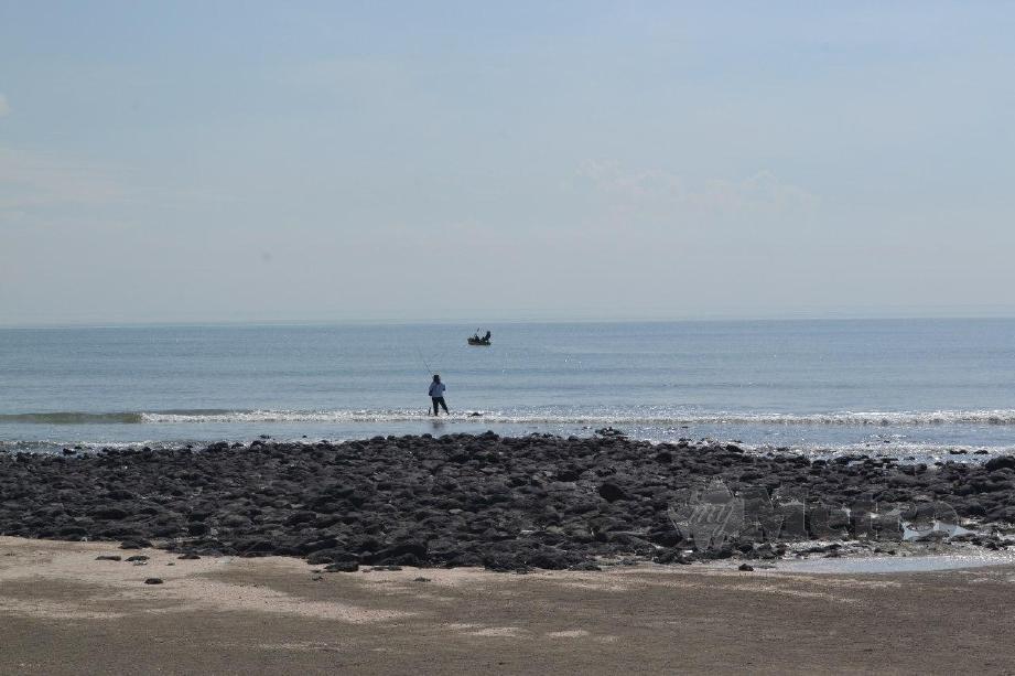 PANTAI Batu Hitam, Kuantan antara pantai peranginan yang disekat dikunjungi orang ramai bermula esok hingga 31 Mac ini. FOTO Asrol Awang