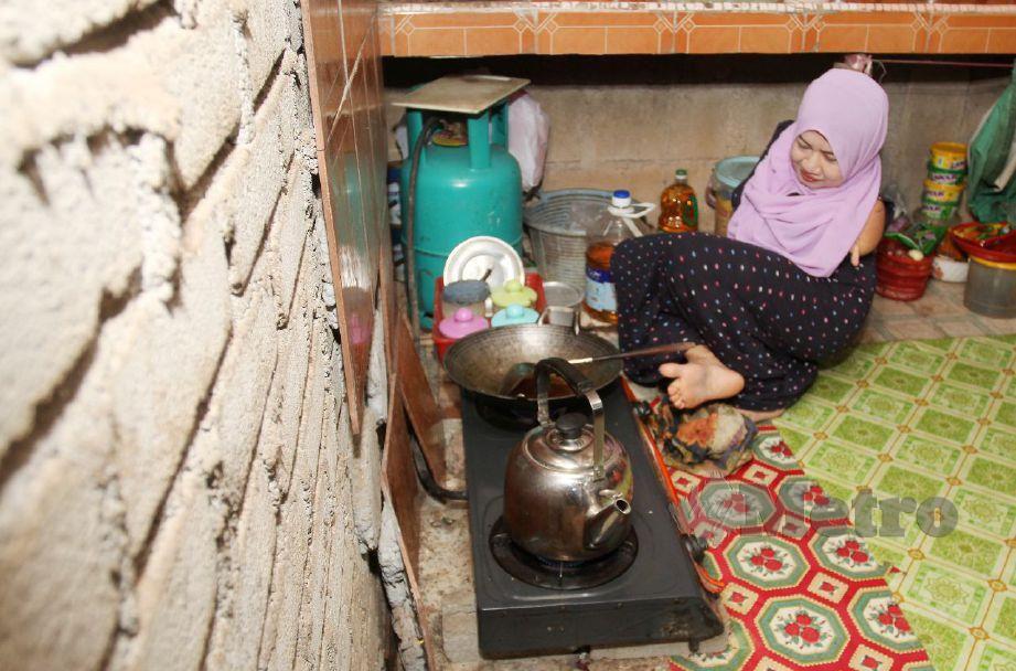 LAILA mampu melakukan apa sahaja kerja seperti mereka yang normal ketika ditemui di rumahnya di Kampung Sungai Pas. FOTO Nik Abdullah Nik Omar