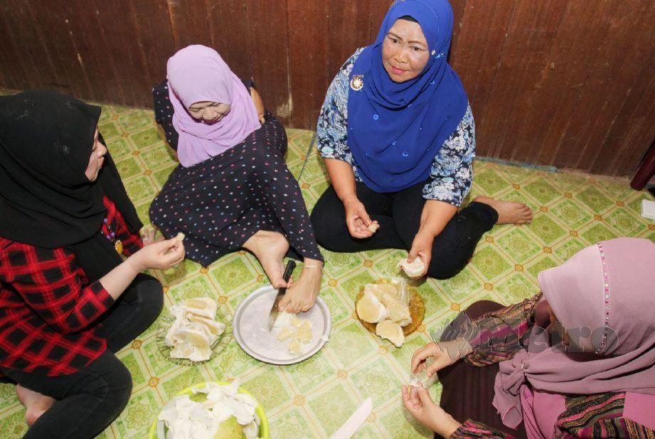 LAILA tidak kekok mengguna pisau ketika ditemui di rumahnya di Kampung Sungai Pas. FOTO Nik Abdullah Nik Omar