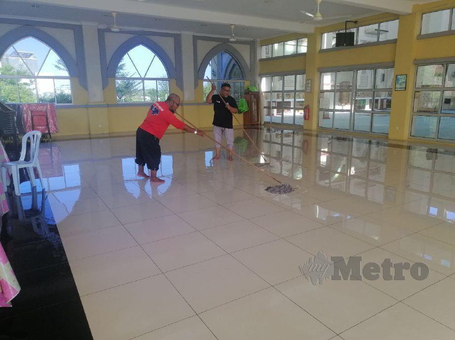 BEBERAPA Ahli Jawatankuasa Masjid Bandar Springhill sedang membersihkan seluruh kawasan sekitar beranda masjid di Masjid Bandar Springhill, Port Dickson. FOTO Mohd Khidir Zakaria