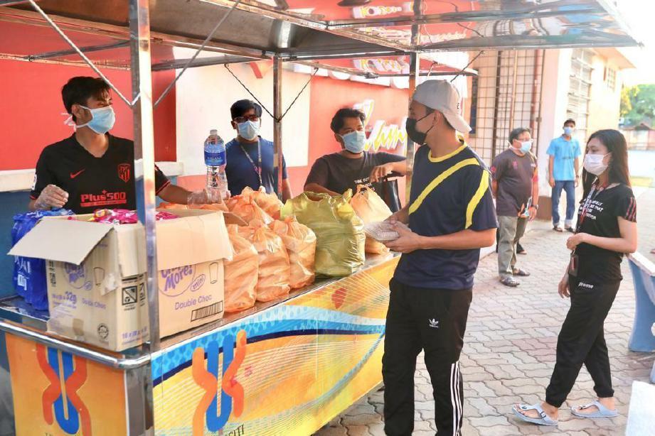 SEBAHAGIAN dari 1,000 penuntut UMK mendapatkan bekalan makanan percuma yang disediakan pihak pengurusan bermula hari ini. FOTO Ihsan UMK