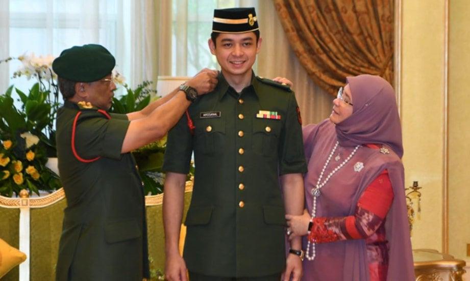 AL-Sultan Abdullah bersama Tunku Azizah berkenan menyempurnakan pemakaian pangkat Leftenan Muda kepada Pemangku Raja Pahang Tengku Mahkota Tengku Hassanal Ibrahim Alam Shah Ibni Al-Sultan Abdullah di Istana Negara hari ini. FOTO BERNAMA