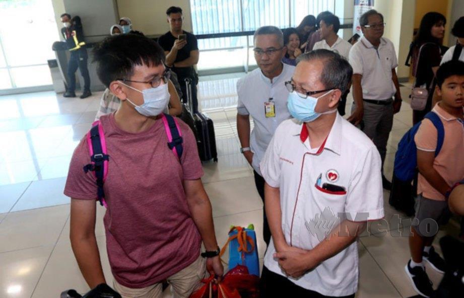 TIMBALAN Menteri Kesihatan, Dr Lee Boon Chye (kanan) berbual dengan penumpang pesawat AK1310 dari Singapura di Lapangan Terbang Sultan Azlan Shah, Ipoh. FOTO Effendy Rashid
