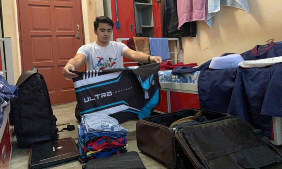 MUHAMMAD Syazwan Hakimi bersiap untuk pulang ke kampung halaman. FOTO ihsan pelajar