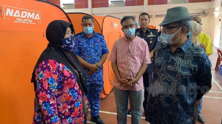 DATUK Seri Tajuddin Abdul Rahman (kanan) berbual dengan mangsa banjir, di Majlis Perbandaran Teluk Intan (MPTI) Langkap, Teluk Intan, hari ini. FOTO Noor Hidayah Tanzizi