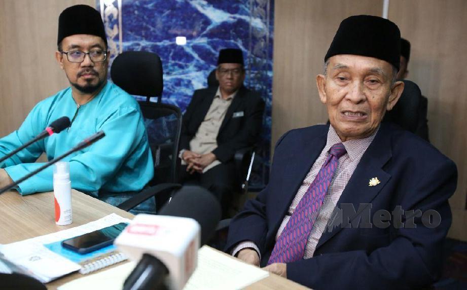 TOSRIN Jarvanthi (kiri) mengumumkan mengenai kebenaran waktu solat di Pusat Islam Iskandar Johor, Johor Bahru.FOTO Mohd Azren Jamaludin