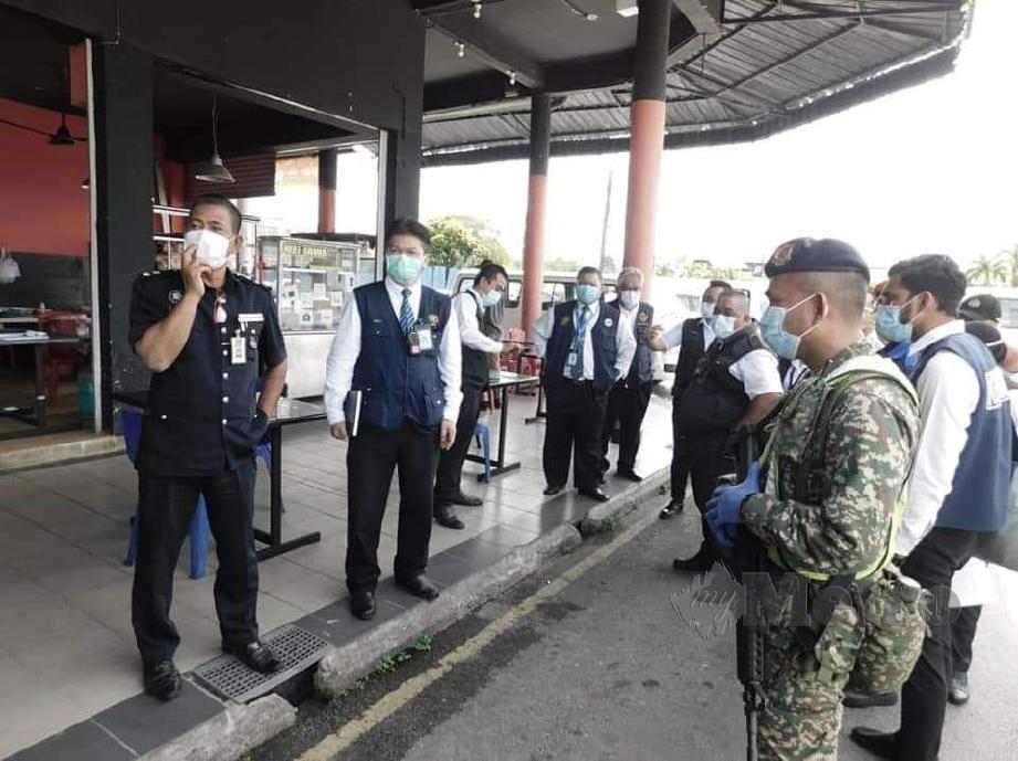 JKNS Operasi bersepadu Peraturan-peraturan Kawalan Hasil Tembakau (PPKHT) 2004 dan pematuhan SOP Perintah Kawalan Pergerakan Pemulihan di Kuching senalam. FOTO Norsyazwani Nasri