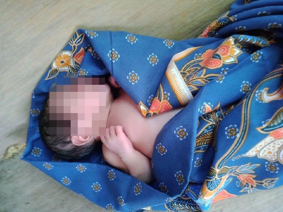BAYI perempuan yang ditemui masih hidup dan berbungkus dengan kain batik di atas bangku di sebuah rumah penduduk di Kampung Sakan, Jalan Datuk Kumbar. FOTO ihsan Pembaca