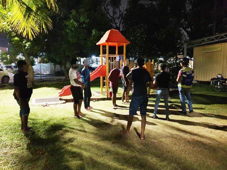 SERAMAI 11 remaja lelaki yang sedang bermain bola sepak ditahan polis kerana mengingkari PKPP di sebuah taman permainan dekat Taman Bagan, Butterworth. FOTO ihsan PDRM
