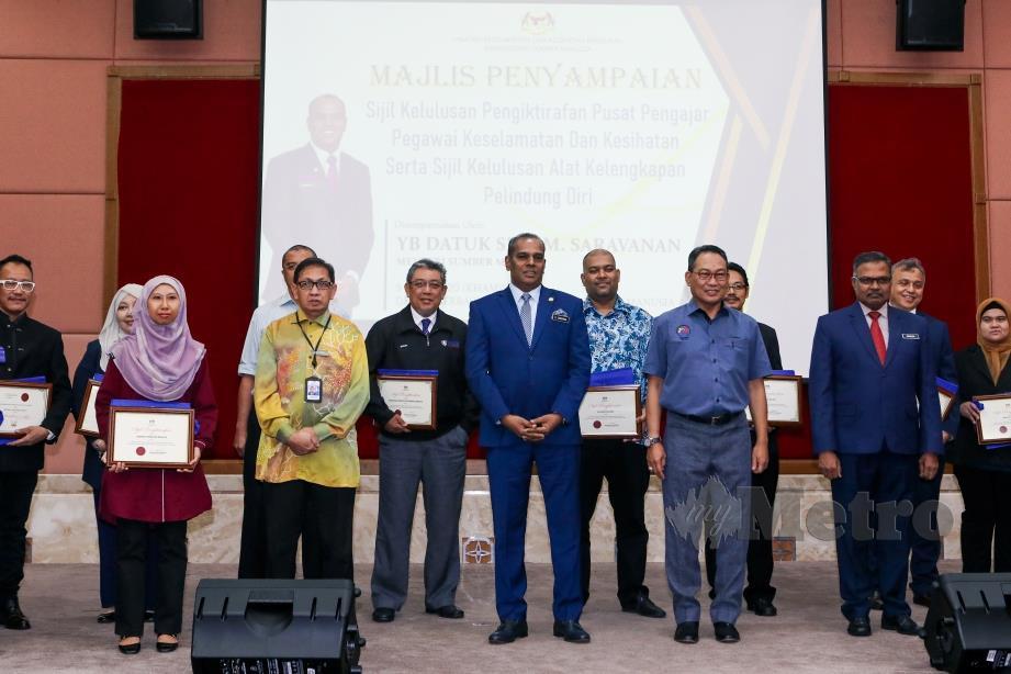 DATUK Seri M.Saravanan (tengah) bergambar dengan sebahagian penerima pada Majlis Penyampaian Sijil Kelulusan Pengiktirafan Pusat Pengajar Pegawai Keselamatan dan Kesihatan di Kementerian Sumber Manusia Putrajaya. FOTO Luqman Hakim Zubir