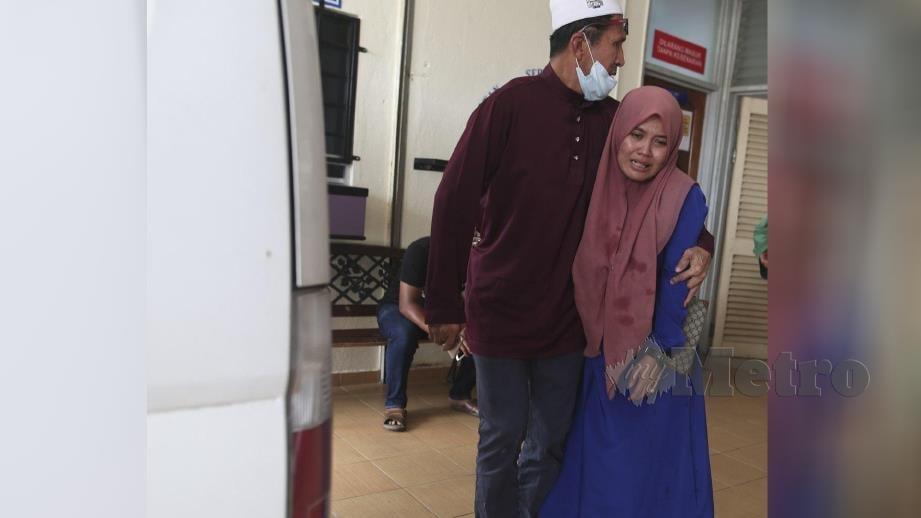 NUR Ismalinda tidak dapat menahan kesedihan selepas suami, Wan Ahmad dan abangnya, Noriskandar  maut dalam kemalangan membabitkan dua kenderaan di Kilometer 42, Jalan Kuala Jeneris-Sungai Gawi (Aring). FOTO Ghazali Kori