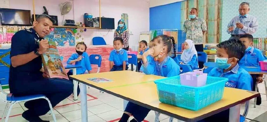 KETUA Polis Daerah Petaling Jaya Asisten Komisioner Nik Ezanee Mohd Faisal meluangkan masa bersama kanak-kanak di Tadika Kemas Siti Syuhadah yang terletak di dalam kawasan IPD Petaling Jaya, hari ini. FOTO ihsan Polis