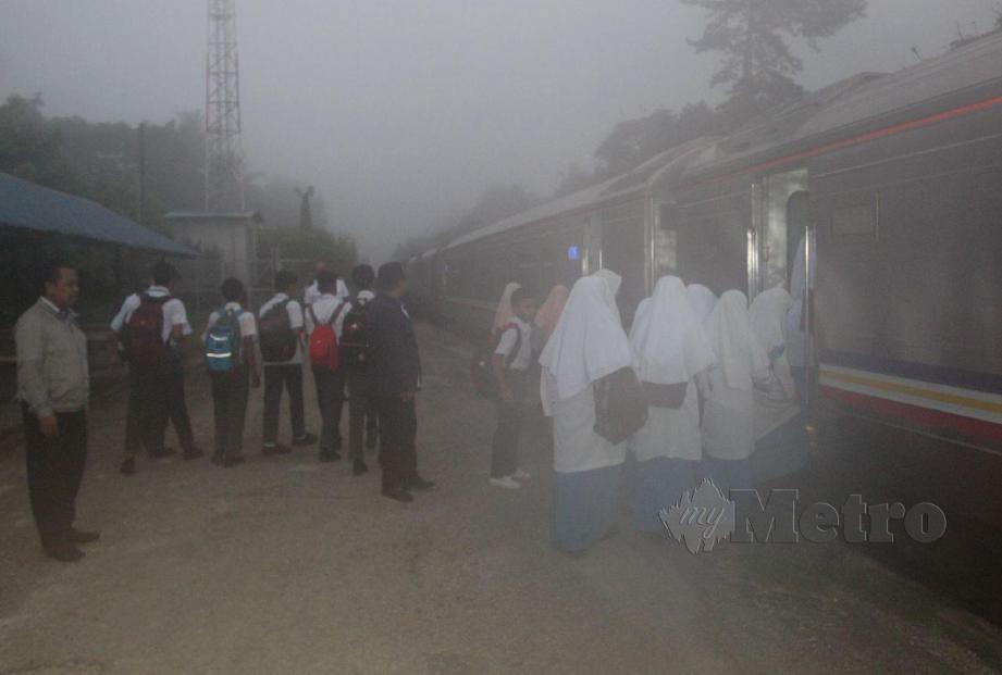 SEBAHAGIAN pelajar SMK Dabong teruja memulakan sesi persekolahan hari ini apabila pelajar yang menaiki keretapi sudah menanti pengangkutan  seawal jam 6 pagi. FOTO Nik Abdullah Nik Omar