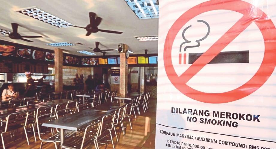 DILARANG merokok di tempat awam dan di kedai makan.