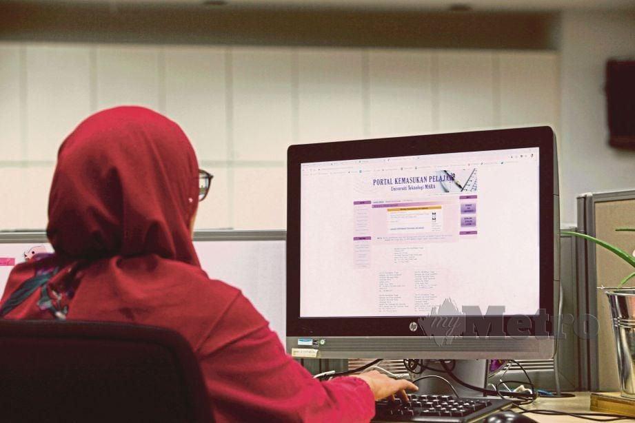 PELAJAR IPT/IPTS menggunakan platform online,. FOTO Yazit Razali