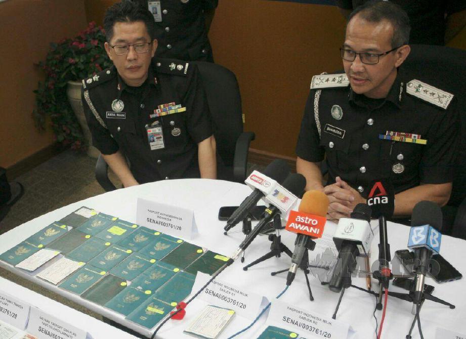 BAHARUDDIN (kanan) menjawab soalan media pada sidang media Imigresen Johor gempur sendiket pemalsuan dokumen kesihatan COVID-19. FOTO Mohd Yusni Ariffin