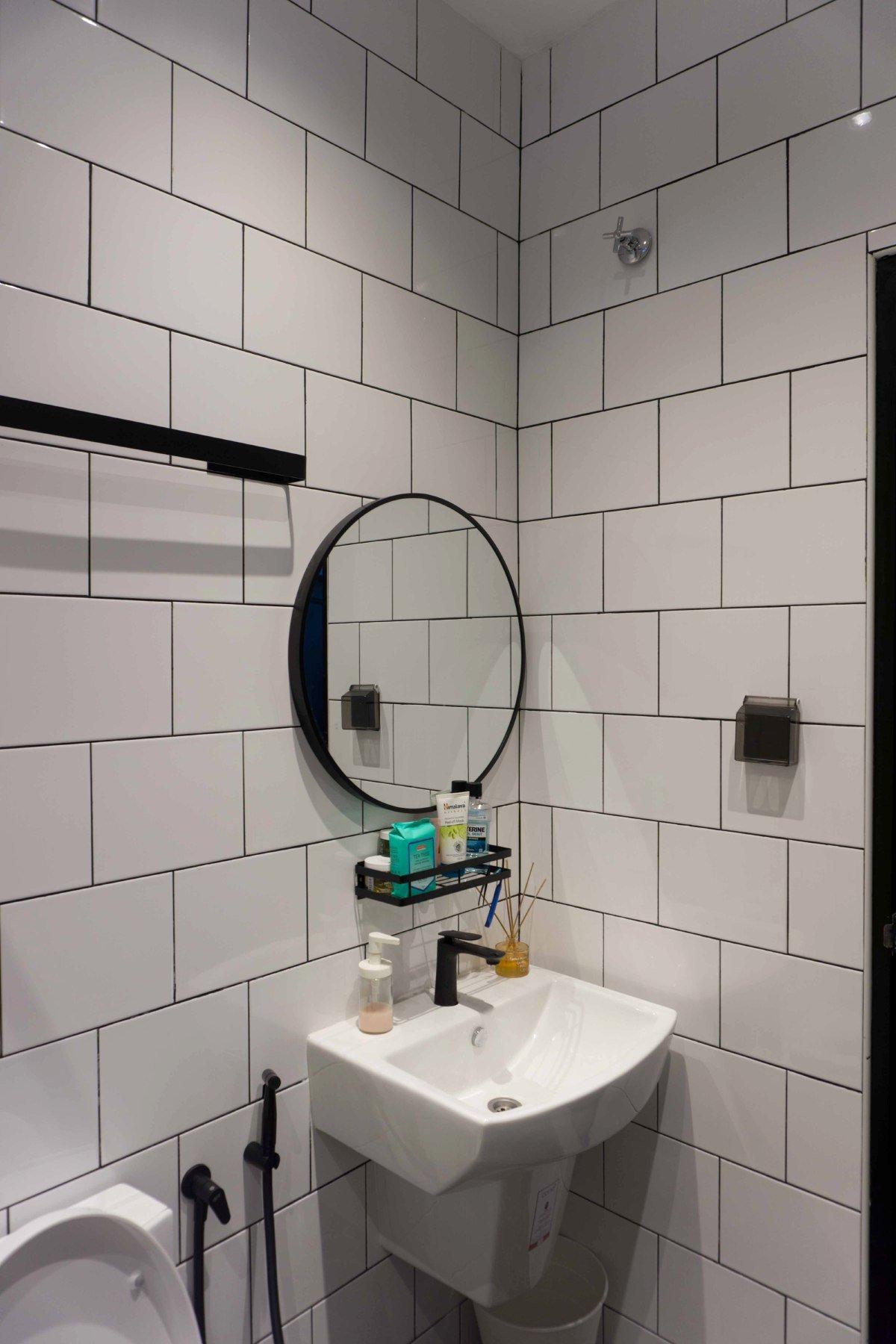 KEMASAN jubin di dinding tandas.