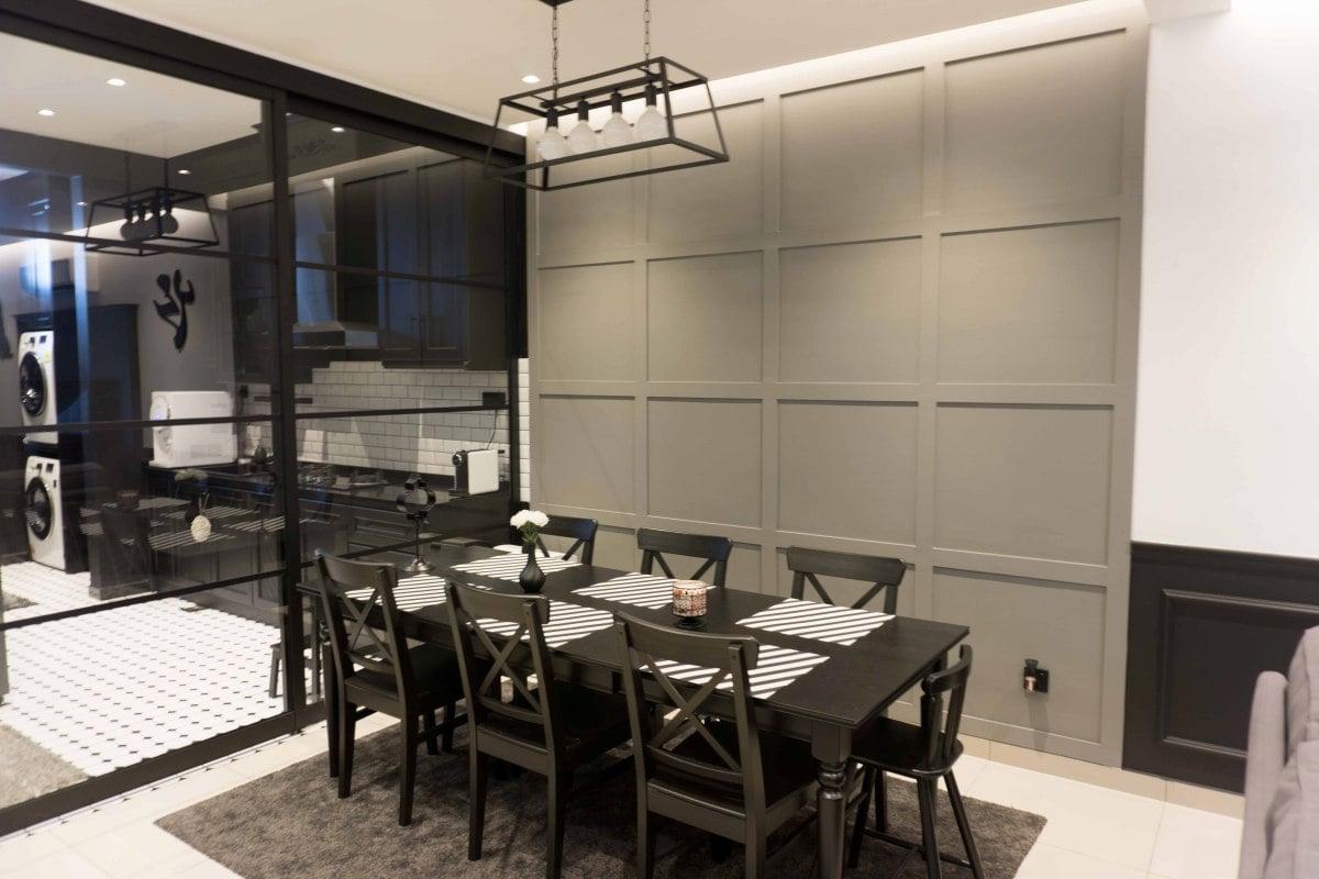 PENGGUNAAN panel dinding berwarna kelabu di ruang makan.