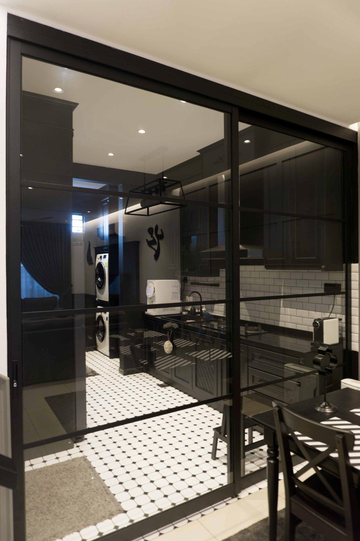 PINTU gelangsar kaca membahagikan dapur dengan ruang makan.