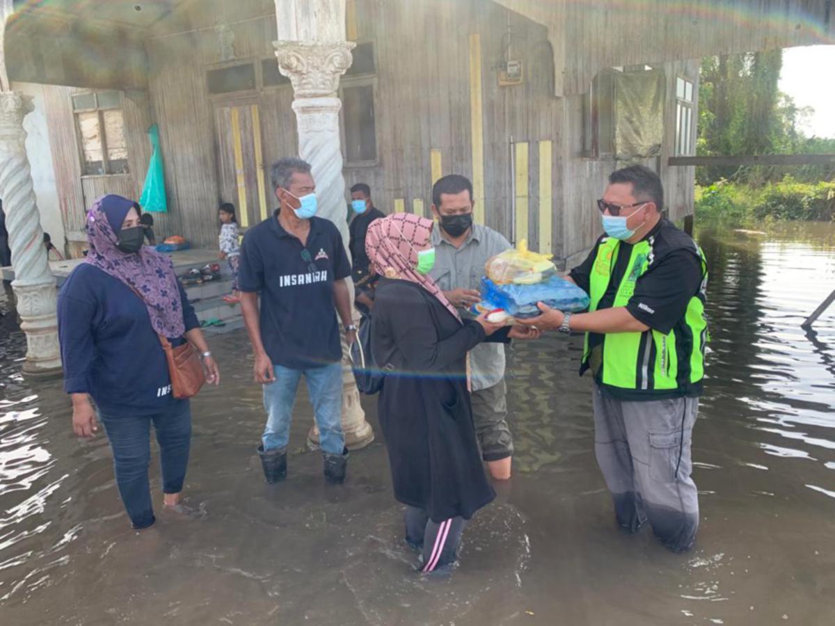 BANTUAN kepada mangsa banjir di Kelantan.