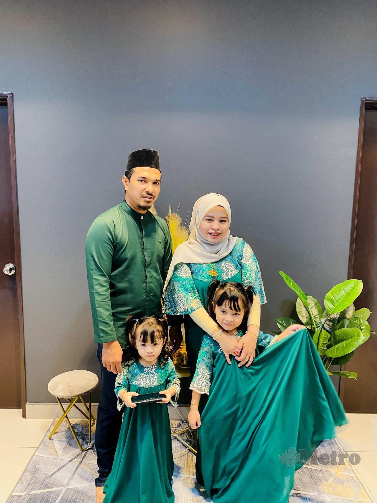 NOORFATINA (kanan) bersama keluarga pertama kali menyambut Aidilfitri di kediaman baru.