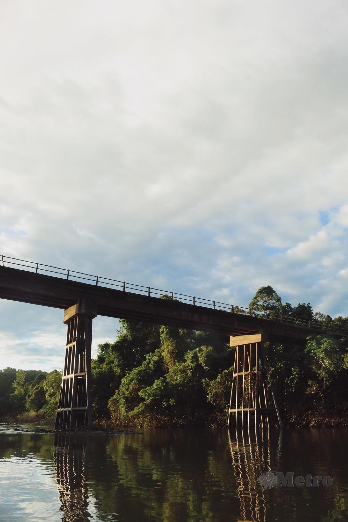 JAMBATAN lama Sungai Mujong untuk ke kawasan pedalaman.