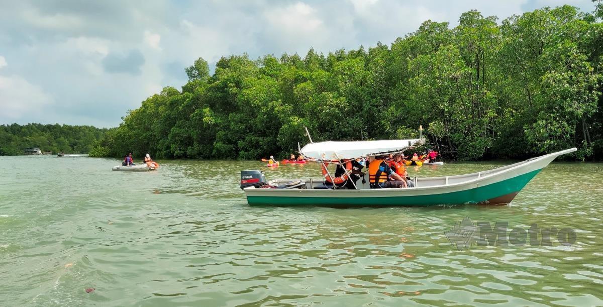 KEINDAHAN semula jadi di sepanjang Sungai Sepang Besar dapat ditinjau menerusi River Cruise.